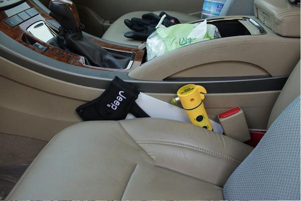 chiếc rìu, dụng cụ cần thiết trên ô tô