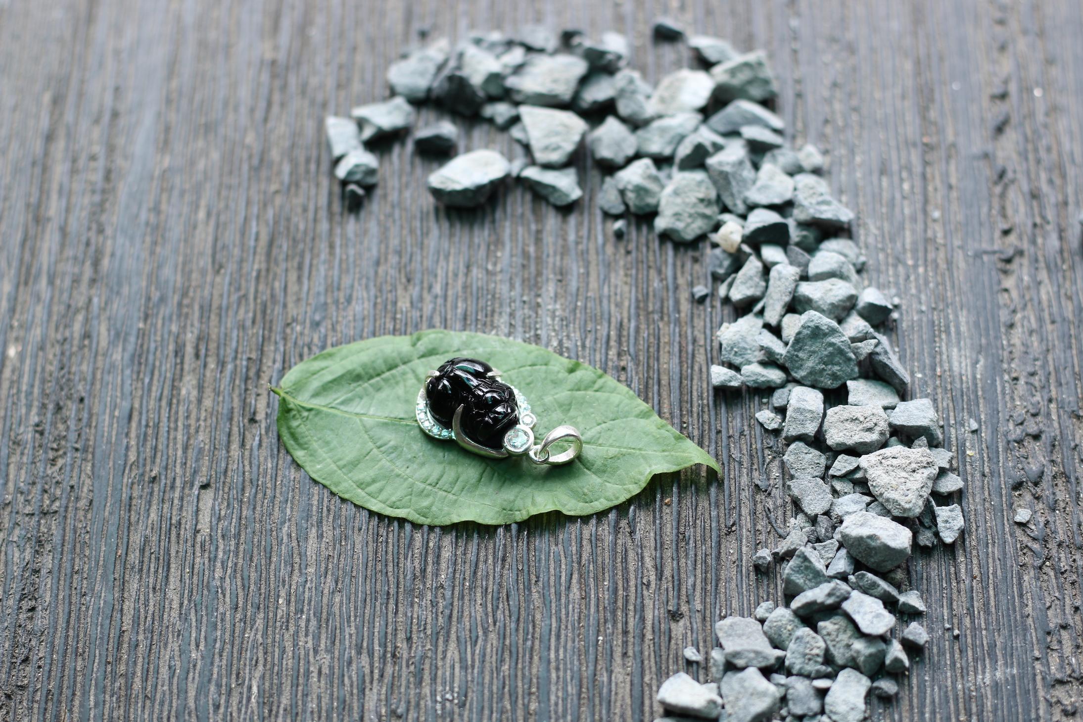 Tỳ hưu pha lê bọc bạc - đen 2.JPG