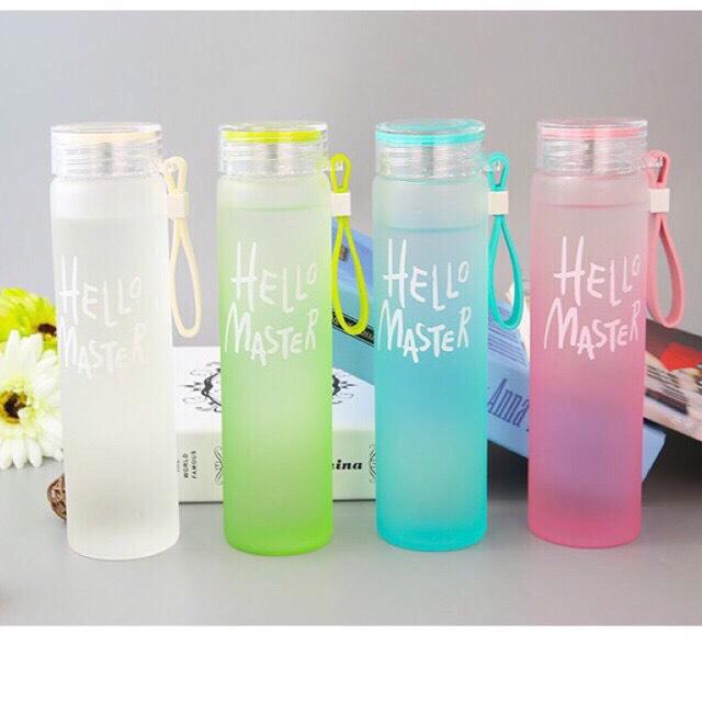 Bình Nước Thủy Tinh In Chữ Hello Master 420ML có dây xách Bình thủy tinh đựng nước tiện dụng tủ lạnh nhà bạn thêm màu sắc binh nuoc dep( MÀU NGẪU NHIÊN)