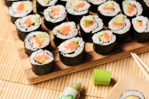 makis-saumon-avocat-avocado-salmon-sushi