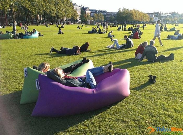 Đệm hơi nằm nghỉ trên bãi cỏ, trên công viên