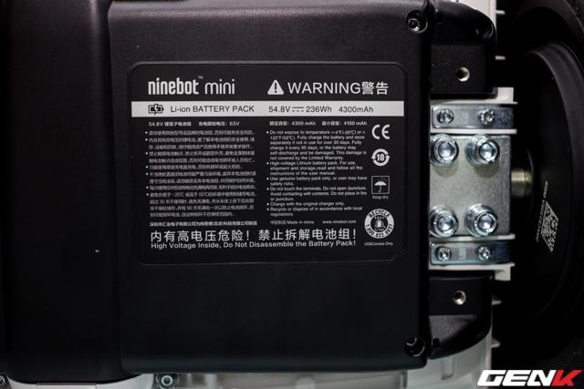 Chiếc Xiaomi Ninebot mini sử dụng pin 4.300 mAh, quãng đường đi được sau khi sạc đầy là 22 km.