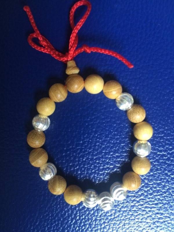 Vòng đeo tay gỗ dâu hạt bạc cho trẻ sơ sinh