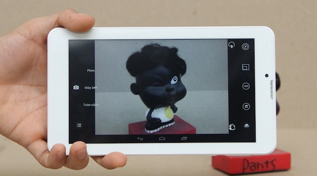 Máy trang bị camera chính 2 MP và camera phụ 0.3 MP để bạn có thể thực hiện được các cuộc gọi videocall dễ dàng